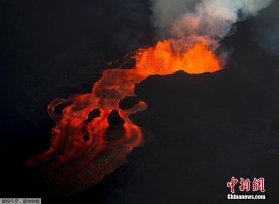"""资料图:美国夏威夷基拉韦厄火山喷发,熔岩从一道裂缝中汹涌流出,因地势不同形成""""岩浆瀑布""""。"""