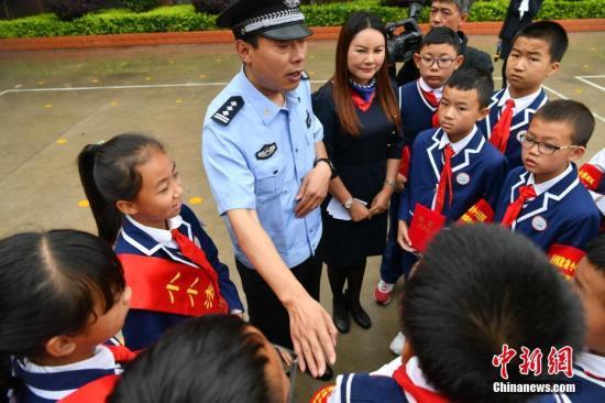 """资料图:昆明警方向小学生传授""""反校园欺凌""""知识。中新社记者 任东 摄"""