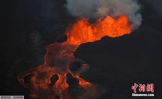 """资料图:当地时间2018年6月10日,美国夏威夷基拉韦厄火山持续喷发,熔岩从一道裂缝中汹涌流出,因地势不同形成""""岩浆瀑布""""蔚为壮观。"""