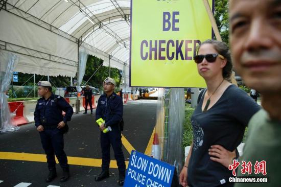 6月11日,朝鲜最高领导人金正恩下榻的新加坡瑞吉酒店外,新加坡警方设置了进入酒店的检查点。中新社记者 刘震 摄