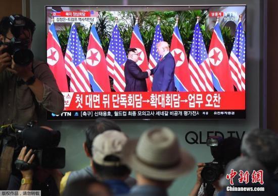 当地时间6月12日上午,朝鲜最高领导人金正恩与美国总统特朗普在新加坡嘉佩乐酒店举行首次会晤,双方握手致意。这是在任的朝美领导人数十年来首次会晤及握手。各地民众也通过直播画面关注这一历史性瞬间。图为韩国首尔的一个火车站内,人们观看直播。