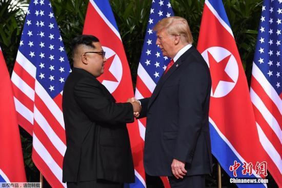 资料图:当地时间2018年6月12日上午,朝鲜最高领导人金正恩与美国总统特朗普在新加坡嘉佩乐酒店举行首次会晤,双方握手致意。这是在任的朝美领导人数十年来首次会晤及握手。
