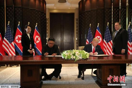 """美国总统在签署文件前说,他与金正恩将签署一项""""非常全面的文件""""。他们将在会后发布文件内容,并在下午2时30分的记者会上分享有关文件的细节。金正恩在签字前称,""""世界将见证巨大的改变""""。"""