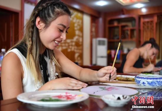 资料图片:澳大利亚大学生体验中国传统工艺团扇绘画。<a target='_blank' href='http://www.chinanews.com/'>中新社</a>记者 翟羽佳 摄