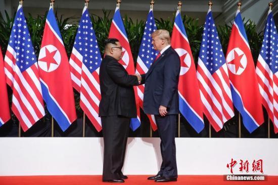 资料图:2018年6月12日,,朝鲜最高领导人金正恩(左)与美国总统特朗普在新加坡举行会晤。 中新社发 新加坡通讯及新闻部供图 摄