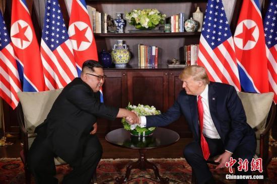 6月12日,朝鲜最高领导人金正恩(左)与美国总统特朗普在新加坡举行会晤。 <a target='_blank' href='http://www.chinanews.com/'>中新社</a>发 新加坡通讯及新闻部供图 摄