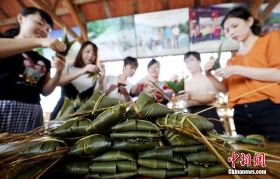 资料图:民众制作五彩粽子。谭凯兴 摄