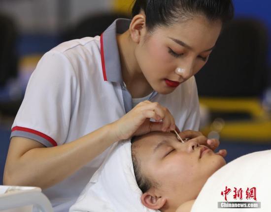 """资料图:6月13日,中国技能大赛正如火如荼在上海举行。来自全国897名工匠高手将在3天的比赛中决出木工、花艺、珠宝加工、烘焙、美容、车身修理等34个技能比赛项目的各项冠军。这些工匠之""""王""""们,有望代表中国出战2021年在中国举办的第46届世界技能大赛。据悉,世界技能大赛是最高层级的世界性职业技能赛事,被誉为""""世界技能奥林匹克"""",其竞技水平代表了各领域职业技能发展的世界先进水平,也是展示各国""""工匠精神""""的最高舞台。张亨伟 摄"""