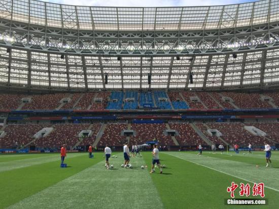 """""""资料图:当地时间6月13日,记者进入莫斯科卢日尼基体育场内部,2018年俄罗斯世界杯揭幕战将在这里打响。图为俄罗斯队在场内训练。<a"""
