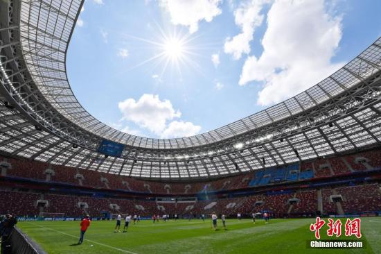 """""""当地时间6月13日中午,俄罗斯足球队在莫斯科卢日尼基体育场进行热身训练,备战世界杯足球赛揭幕战。<a"""