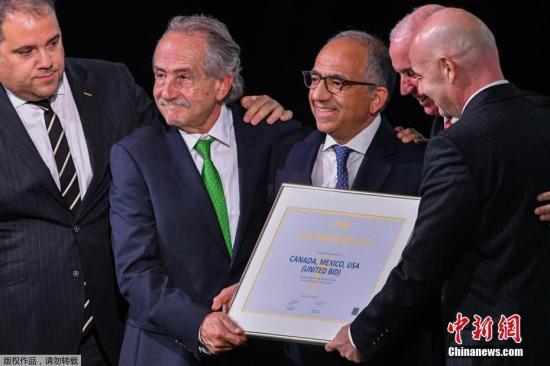 资料图:6月13日,国际足联第68次代表大会在莫斯科举行。经过一番投票角逐,美国、加拿大和墨西哥击败非洲国家摩洛哥,获得2026年世界杯的联合主办权。