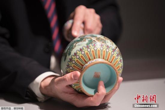 """当地时间6月12日,一只乾隆时期的瓷瓶在巴黎以1620万欧元(约合人民币1.2亿元)的价格落锤,超出苏富比拍卖行估价数十倍。这个花瓶是在法国的一个阁楼里偶然发现的,几十年来一直被遗忘,后来持有人用鞋盒装着带到巴黎鉴定。苏富比指出,这个花瓶保存完好,极其罕见,是乾隆皇帝(1735-1796)官窑里最优秀的工匠的作品。花瓶属于""""粉彩"""",底色为粉红色,加上彩色釉饰,这个花瓶可能是19世纪末就运到法国的,当时法国社会非常崇尚来自亚洲的工艺品。(资料图)"""