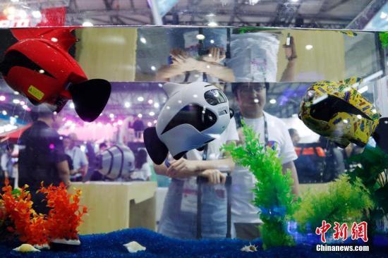 水下摄影机器鱼吸引观众。汤彦俊 摄