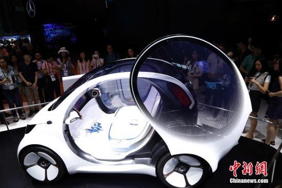 6月13日,观众亲身体验自动驾驶汽车最新技术以及人车交互功能。当日,在上海新国际博览中心开幕的2018亚洲消费电子展,吸引了众多中外知名参展商前来参展。汤彦俊 摄