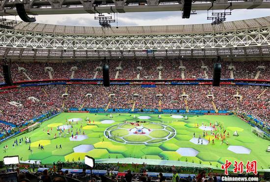 北京时间6月14日22点30分,俄罗斯世界杯开幕式在莫斯科卢日尼基体育场上演,这意味着四年一度的足球盛宴正式拉开帷幕。<a target='_blank' href='http://www.chinanews.com/'>中新社</a>记者 王牧青 摄