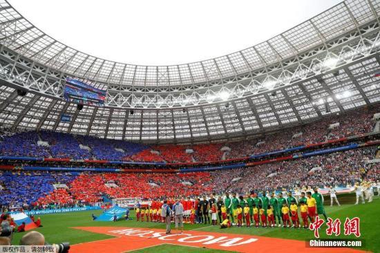 北京时间6月14日23点,俄罗斯世界杯揭幕战在莫斯科卢日尼基体育场打响,东道主俄罗斯对阵沙特阿拉伯。凭借着替补登场的切里舍夫梅开二度,以及加津斯基、久巴和戈洛温的进球,东道主俄罗斯5-0大比分击败沙特阿拉伯,赢得开门红。 第11分钟,俄罗斯队利用角球机会将球打入禁区,沙特队后点防守漏人,8号加辛斯基头球破门为俄罗斯队首开纪录。这也是本届世界杯的首粒进球。 第42分钟,替补登场的切里舍夫禁区里接到传球后轻轻一挑甩开防守球员,一脚抽射攻入沙特队大门,比分变成2-0。第70分钟,俄罗斯队替补登场1分钟的久巴接戈洛温的传中,头球破门。第90分钟,切里舍夫梅开二度,禁区边缘左脚外脚背将球打入球门右侧...