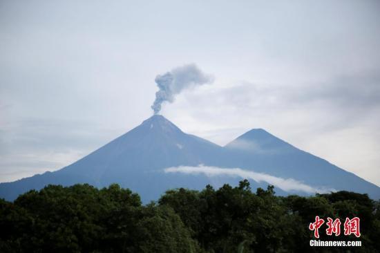 当地时间2018年6月13日,危地马拉威哈城,6月3日喷发导致超过117人死亡的危地马拉火地岛富埃戈火山再次变得活跃。