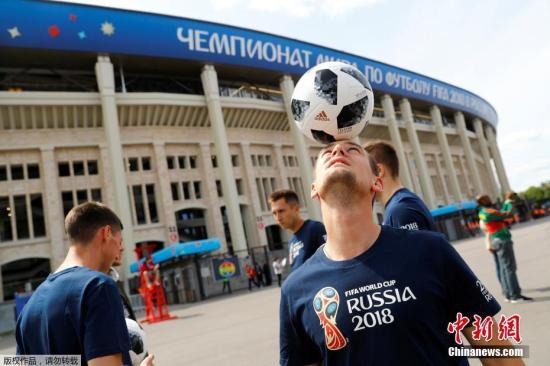 当地时间6月14日,2018俄罗斯世界杯揭幕战即将在莫斯科卢日尼基体育场打响,场外球迷集结造势。