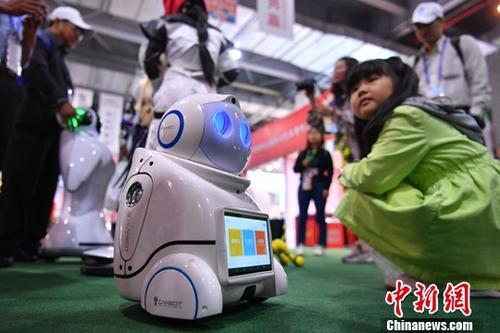 资料图:展会现场展出的机器人。中新社记者 任东 摄