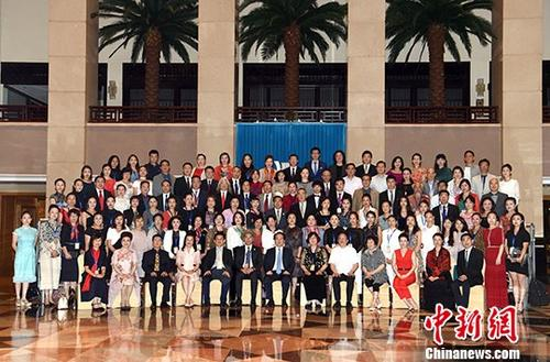 """6月13日,2018年""""文化中国・华星艺术团团长座谈会闭幕式暨高级研修班结业式""""在北京举行。中央统战部副部长谭天星出席并向学员颁发结业证书。<a target='_blank' href='http://www.chinanews.com/'>中新社</a>记者 张勤 摄"""