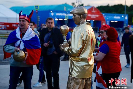 北京时间6月14日23点,俄罗斯世界杯揭幕战在莫斯科卢日尼基体育场打响,东道主俄罗斯对阵沙特阿拉伯。各国球迷聚集在卢日尼基体育场外狂欢,热情高涨。 中新社记者 富田 摄