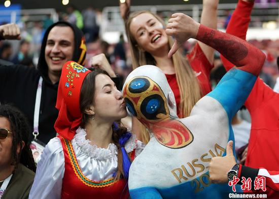 北京时间6月14日23点,俄罗斯世界杯揭幕战在莫斯科卢日尼基体育场打响,东道主俄罗斯对阵沙特阿拉伯。