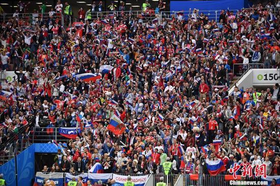 北京时间6月14日23点,俄罗斯世界杯揭幕战在莫斯科卢日尼基体育场打响,东道主俄罗斯对阵沙特阿拉伯。凭借着替补登场的切里舍夫梅开二度,以及加津斯基、久巴和戈洛温的进球,东道主俄罗斯5-0大比分击败沙特阿拉伯,赢得开门红。第11分钟,俄罗斯队利用角球机会将球打入禁区,沙特队后点防守漏人,8号加辛斯基头球破门为俄罗斯队首开纪录。这也是本届世界杯的首粒进球。第42分钟,替补登场的切里舍夫禁区里接到传球后轻轻一挑甩开防守球员,一脚抽射攻入沙特队大门,比分变成2-0。第70分钟,俄罗斯队替补登场1分钟的久巴接戈洛温的传中,头球破门。第90分钟,切里舍夫梅开二度,禁区边缘左脚外脚背将球打入球门右侧...