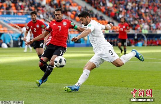 终场前希门尼斯头球破门,帮助乌拉圭全取三分。图为乌拉圭队苏亚雷斯。