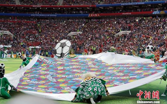 北京时间6月14日22点30分,俄罗斯世界杯开幕式在莫斯科卢日尼基体育场上演,这意味着四年一度的足球盛宴正式拉开帷幕。虽然开幕式表演时长不长但极具创意。开幕式结束后,北京时间23点,世界杯的揭幕战将也在这儿打响。在国际足联公布的俄罗斯世界杯开幕式表演嘉宾名单当中,除了有俄罗斯著名女高音歌唱家阿依达·嘉丽弗莉娜、英国著名流行歌手罗比·威廉姆斯外,还有两届世界杯冠军得主罗纳尔多。此外,在开幕式上,还将有1561人表演团队练习颠球,该项目有望突破吉尼斯纪录。 中新社记者 毛建军 摄