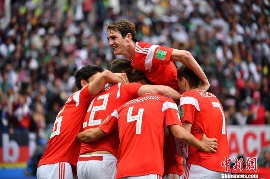 东道主俄罗斯5-0大比分击败沙特阿拉伯,赢得开门红。