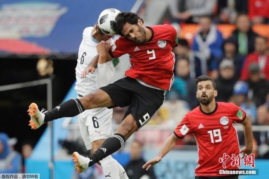 北京时间6月15日20时,2018年俄罗斯世界杯A组第一轮在叶卡捷琳堡中央体育场继续进行,乌拉圭大战埃及。埃及队当家球星萨拉赫并非出现在首发阵容中。自从在欧冠决赛中受伤离场后,他肩伤的康复情况就一直备受关注。值得一提的是,这是埃及28年以来首场世界杯赛事。苏亚雷斯下半场错失单刀机会,卡瓦尼的直接任意球击中立柱,终场前希门尼斯头球破门,帮助乌拉圭全取三分。A组首轮过后,揭幕战大胜沙特队的东道主俄罗斯暂居首位。