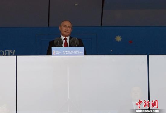 北京时间6月14日22点30分,俄罗斯世界杯开幕式在莫斯科卢日尼基体育场上演,这意味着四年一度的足球盛宴正式拉开帷幕。虽然开幕式表演时长不长但极具创意。开幕式结束后,北京时间23点,世界杯的揭幕战将也在这儿打响。在国际足联公布的俄罗斯世界杯开幕式表演嘉宾名单当中,除了有俄罗斯著名女高音歌唱家阿依达・嘉丽弗莉娜、英国著名流行歌手罗比・威廉姆斯外,还有两届世界杯冠军得主罗纳尔多。此外,在开幕式上,还将有1561人表演团队练习颠球,该项目有望突破吉尼斯纪录。图为俄罗斯总统普京出席开幕式。 中新社记者 毛建军 摄