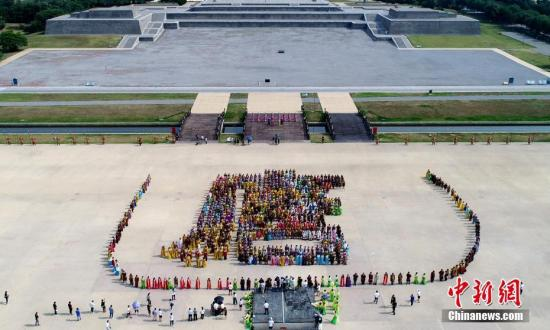 """6月15日,1400名演员拼成一幅巨大的""""唐""""字。当日,""""曲江618唐文化旅游周系列活动""""在西安开启。中新社记者 张远 摄"""