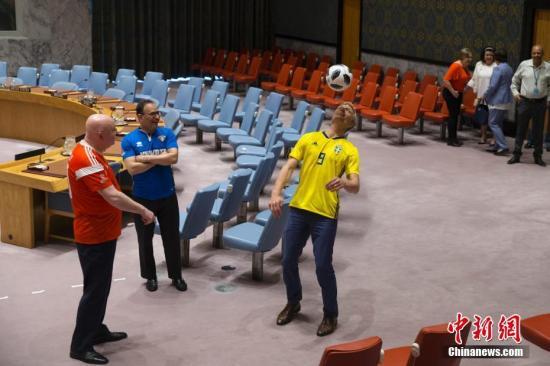瑞典常驻联合国副代表斯科在安理会会议厅颠球。 <a target='_blank' href='http://www.chinanews.com/'>中新社</a>记者 廖攀 摄
