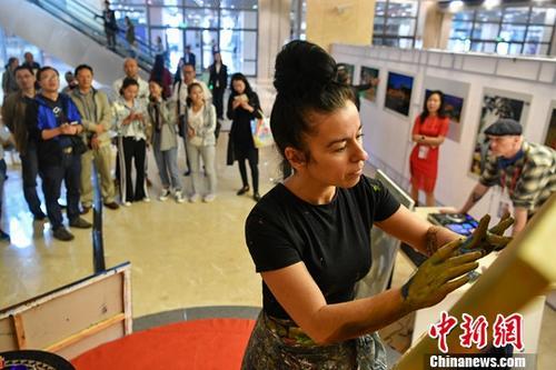 6月15日,加拿大艺术家在昆明南博会现场指掌作画吸引民众驻足。当日,在昆明举行的第五届中国-南亚博览会正式对民众开放,来自孟加拉国、印度等国家的艺术家们集中进行艺术创作,吸引民众驻足围观。<a target='_blank' href='http://www.chinanews.com/'>中新社</a>记者 任东 摄