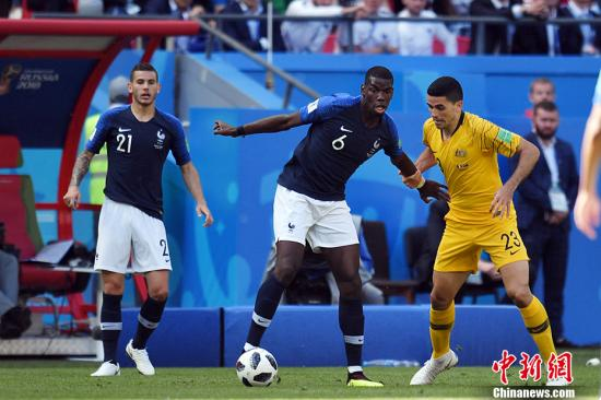 """北京时间6月16日18时,2018俄罗斯世界杯C组首轮法国队与澳大利亚的较量在喀山打响。在VAR技术的帮助下,法国队最终2-1击败对手,获得开门红。法国队是继乌拉圭和西班牙之后,在本届世界杯上亮相的第三支前世界冠军。球队阵中星光熠熠,是夺冠大热门之一。澳大利亚队是本届世界杯中FIFA世界排名最高的亚洲球队,阵中两位世界杯""""四朝元老""""卡希尔、米利甘均曾在中超效力,中国球迷对他们不会陌生。比赛伊始法国队攻势凶猛,澳大利亚队则疲于应付。法国队虽然掌控着比赛节奏,但并没有创造出绝对的得分机会,半场比分0-0。下半时法国队依旧围绕澳大利亚队腹地展开猛攻,并通过VAR技术的帮助打破了场上僵局。为减少""""..."""