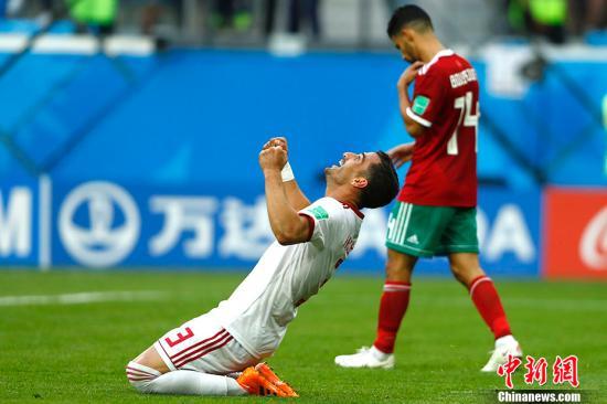 摩洛哥球员乌龙头球攻入己方大门,伊朗1-0绝杀对手。 <a target='_blank' href='http://www.chinanews.com/'>中新社</a>记者 富田 摄
