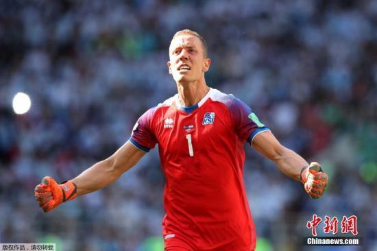 北京时间6月16日晚,2018俄罗斯世界杯D组首轮阿根廷与冰岛队的较量在莫斯科打响。梅西造点但罚失点球,最终两队1-1战平。图为冰岛门将哈尔多松。