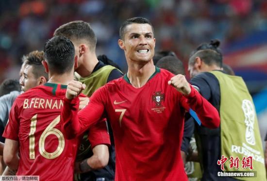北京时间6月16日凌晨2时,2018世界杯B组首轮上演伊比利亚半岛德比,葡萄牙在索契菲什特奥林匹克体育场对阵西班牙。图为C罗庆祝。