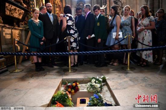 资料图:当地时间2018年6月15日,已故英国科学家霍金的追悼和骨灰安葬仪式在伦敦西敏寺大教堂举行。