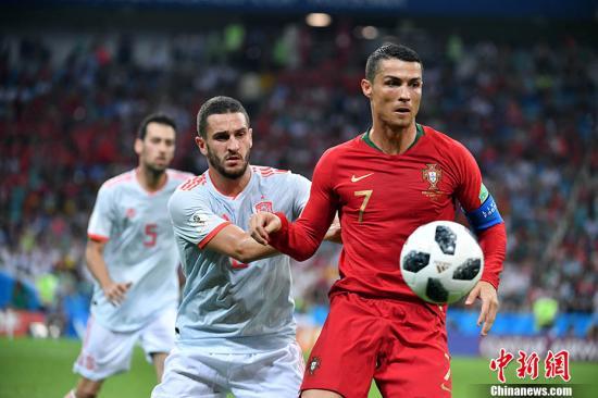 北京时间6月16日凌晨,2018世界杯B组首轮上演伊比利亚半岛德比,葡萄牙在索契菲什特奥林匹克体育场对阵西班牙。在这场进球如梅花间竹般的史诗级对决中,C罗上演帽子戏法,帮助葡萄牙3-3战平西班牙。比赛伊始,西班牙率先开球。开场不到3分钟,C罗突入禁区倒地,裁判直接判罚点球。随后,C罗亲自主刀将球打进,葡萄牙队1-0领先赢得梦幻开局。这也是本届世界杯第一粒点球。随后西班牙在反击中由科斯塔扳平比分,第43分钟,C罗禁区弧顶得球后低射入网,上半场2-1领先。双方易边再战,西班牙队获得一个前场任意球。西班牙队抓住机会在精妙的战术配合下,迭戈・科斯塔同样梅开二度,比分变成2-2。第57分钟,西班牙队...