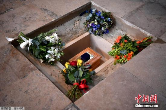 霍金骨灰安葬伦敦西敏寺大教堂 与牛顿达尔文为邻。