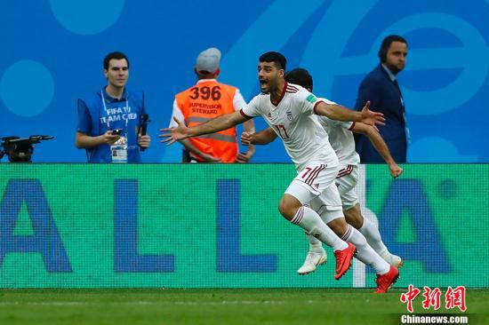"""2018年俄罗斯世界杯B组首轮于6月15日晚在圣彼得堡体育场打响,摩洛哥对阵伊朗。上半场,摩洛哥攻势如潮,数次威胁到伊朗队的球门,伊朗""""梅西""""阿兹蒙错失单刀。下半场,双方互有攻防,伊朗队凭借出色的防御化解险情,补时阶段,第93分钟,伊朗队前场任意球开出,摩洛哥球员乌龙头球攻入己方大门,最终伊朗1-0绝杀对手。 <a target='_blank' href='http://www.chinanews.com/'>中新社</a>记者 富田 摄"""