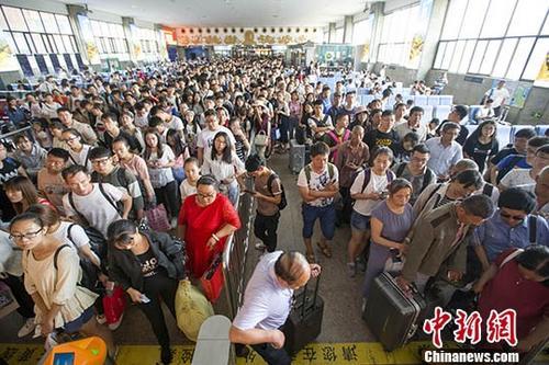 资料图:在火车站排队检票的旅客。中新社记者 张云 摄