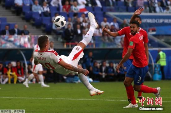 北京时间6月17日晚,2018俄罗斯世界杯E组首轮塞尔维亚与哥斯达黎加的较量在萨马拉打响。凭借队长科拉罗夫的任意球直接破门,塞尔维亚在一场鏖战中1-0小胜哥斯达黎加。哥斯达黎加队仍由皇马门将纳瓦斯领衔,球队上届世界杯表现惊艳,并一路闯入8强。塞尔维亚队在本组中排名最低,但实力不容小视,这支球队曾在2010年打入过世界杯决赛圈。第6分钟塞尔维亚队获得前场右侧肋部任意球。队长科拉罗夫主罚打出精彩世界波,皮球直挂球门右上角,塞尔维亚1-0取得领先。最终1-0的比分被保持到了终场,塞尔维亚队如愿全取三分。