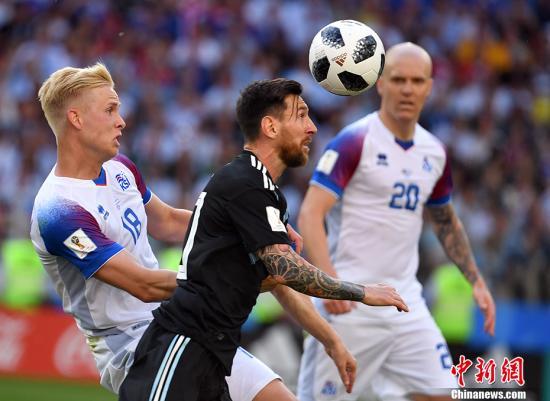 北京时间6月16日晚,2018俄罗斯世界杯D组首轮阿根廷与冰岛队的较量在莫斯科打响。梅西造点但罚失点球,最终两队1-1战平。阿根廷队是继乌拉圭、西班牙、法国队之后,在本届世界杯上亮相的第四支前世界冠军。四年前他们一路杀入决赛,但最终加时不敌德国。梅西领衔阿根廷首发阵容,马斯切拉诺第144次为国家队出场,打破由萨内蒂保持的阿根廷国家队出场纪录。阿根廷的对手冰岛队是首次闯入世界杯决赛圈,他们在两年前的欧洲杯上强势崛起。第19分钟阿根廷取得领先,阿奎罗禁区内得球后摆脱防守,面对冰岛队三名后卫转身抽射得手,场上比分被改写为1-0。然而场面占优的阿根廷队却在5分钟后被对手扳平。西于尔兹松禁区右侧将球...