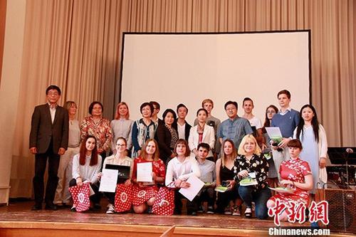 """当地时间6月16日,第11届""""汉语桥""""世界中学生中文比赛德国区决赛在德国莱比锡举行。图为参赛选手和嘉宾、评委合影。中新社发 钟欣 摄"""