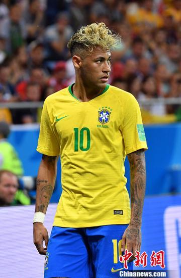 巴西球星内马尔发型抢眼。