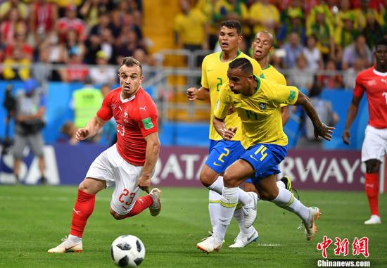 北京时间6月18日凌晨,世界杯小组赛E组首轮,巴西队对阵瑞士队。上半场,巴西队凭借库蒂尼奥禁区外的远射入网1-0领先对手。 <a target='_blank' href='http://www.chinanews.com/'>中新社</a>记者 毛建军 摄