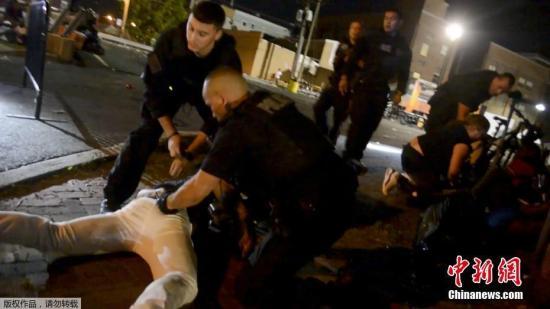 当地时间6月17日凌晨美国新泽西州发生一起枪击案,造成22人受伤,一名枪手死亡,另一名嫌疑人被捕。